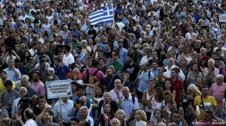 Тысячи греков вышли к парламенту с требованием остаться в еврозоне