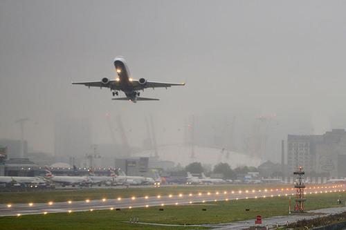Мужчина выпал из самолета, который пролетал над Лондоном