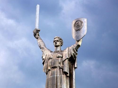 """Чиновники знають, як заховати герб на щиті """"Батьківщини-Матері"""""""