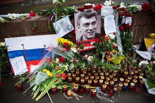 В Немцова стреляли из двух разных пистолетов