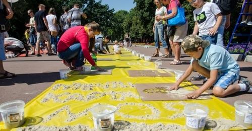 Харьковчане нарисовали самую большую картину песком и установили рекорд Украины