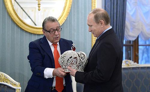 Хазанов вручил Путину копию императорской короны