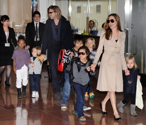 Семья Анджелины Джоли считает её странной
