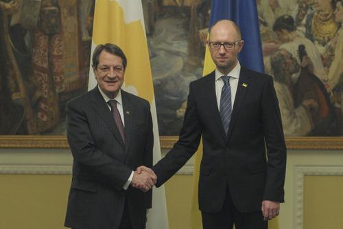 Яценюк просит Кипр раскрыть информацию об активах коррумпированных чиновников