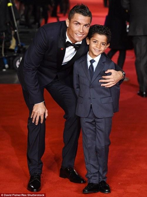 Роналду учит сына футболу и планирует второго ребенка — видео