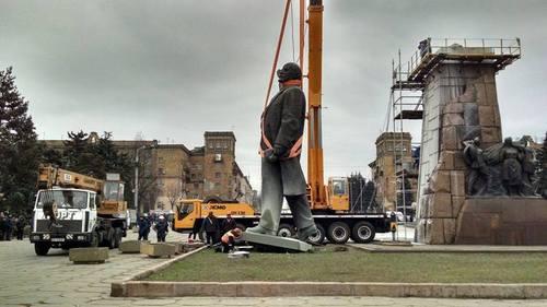 В Украине демонтировали самый большой памятник Ленину