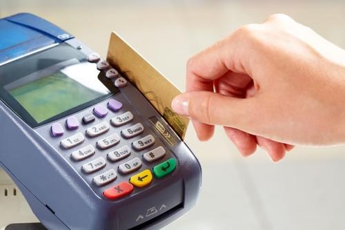 Кассир фотографировал карты покупателей и тратил их деньги на интернет-покупки