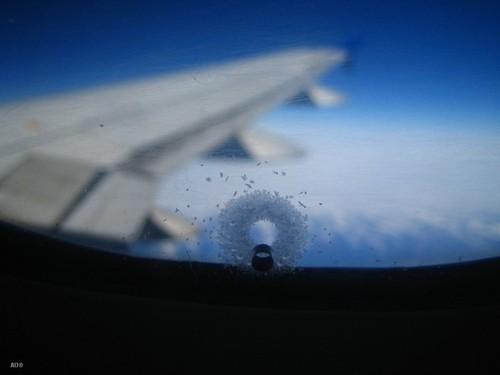 Зачем в иллюминаторах самолетов маленькие отверстия?