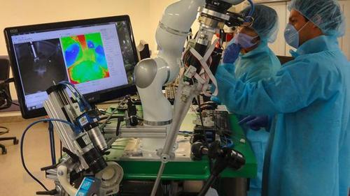 Робот-хирург впервые прооперировал свинью в США