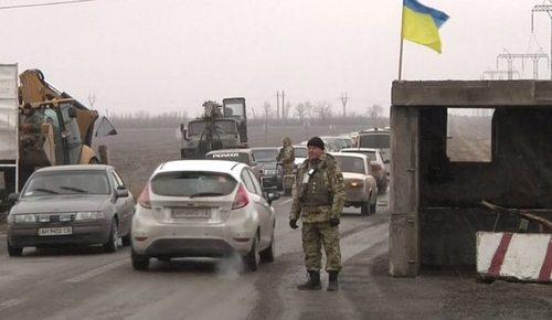 """На КПВВ """"Марьинка"""" застряло около 600 авто"""