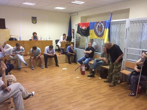 """Активисты, защищающие """"айдаровца"""" Батю провели ночь в забаррикадированном Печерском суде"""