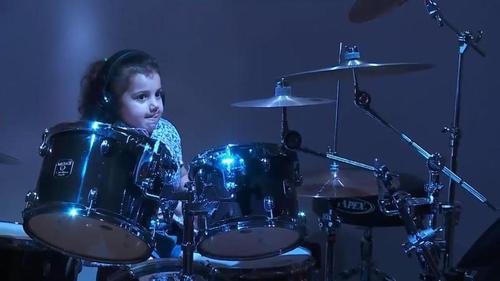 Пятилетняя барабанщица затмила матерых рокеров (ВИДЕО)