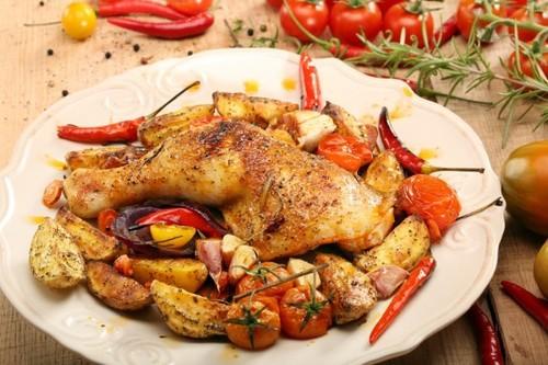 Запеченные куриные ножки с летними овощами