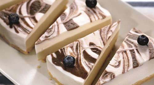 Черничный мраморный торт: легко и быстро