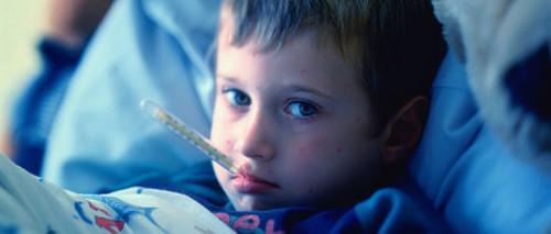 Скорая помощь: как правильно сбивать высокую температуру у ребенка?