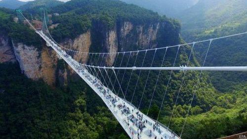 У Китаї відкрили найдовший скляний міст