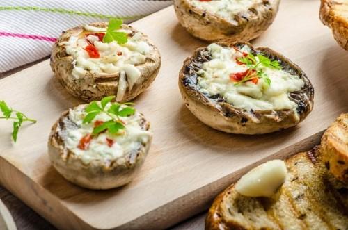Фаршированные грибы с орехами и сыром
