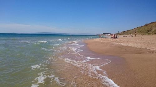"""Бархатный сезон """"в разгаре"""": в сети показали фото пустых пляжей Крыма"""