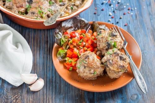 Мясные шарики с грибами в сметанном соусе