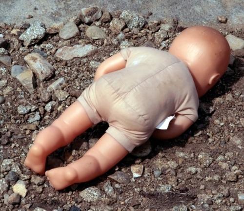 В Харькове пьяная мать бросила младенца на асфальт
