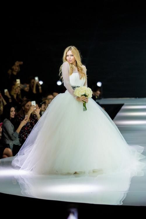 Брежнева, Боярская, Нюша и другие звезды показали свадебные платья