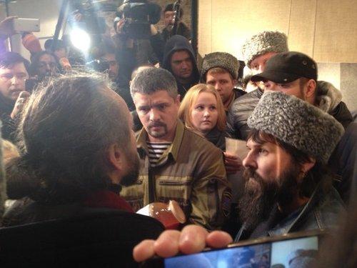 Люди в камуфляже и казаки ворвались в Сахаровский центр