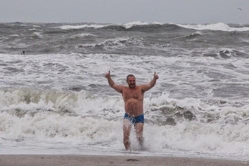 Ураган в Одессе убивал и валил краны, но не испугал желающих искупаться в море