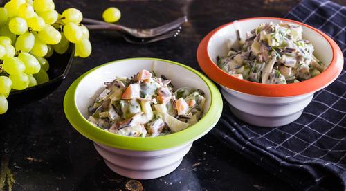 Салат из дикого риса с виноградом и курицей
