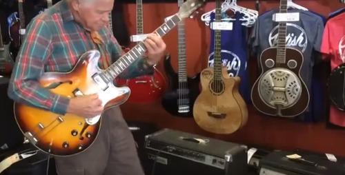 81-летний старичок решил проверить гитару перед покупкой. Да, в душе мы всегда остаемся молодыми!