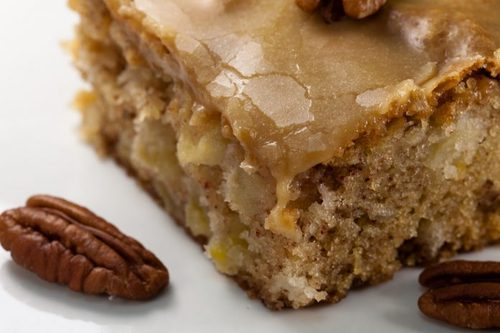 Обалденный яблочный пирог с орехами и карамельной глазурью