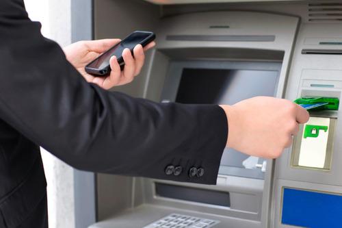 Возле банкомата нельзя будет говорить по телефону