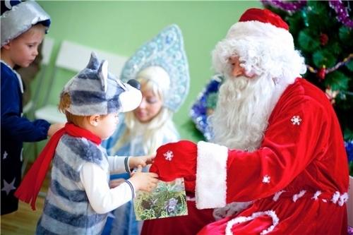 Дед Мороз, забыв текст, заставил детей поразмыслить, а взрослых довел до слез