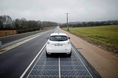 """Во Франции открыта первая в мире автодорога с """"солнечным"""" покрытием"""