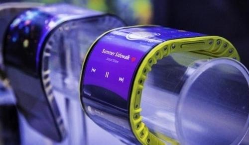Lenovo представила гибкий смартфон-браслет