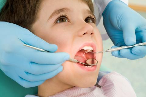 Стоматологи нашли способ лечить зубы без бормашин и пломб