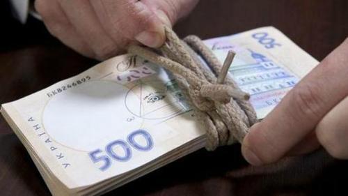 С 1 января минимальный размер должностного оклада госслужащих составляет 2000 гривен