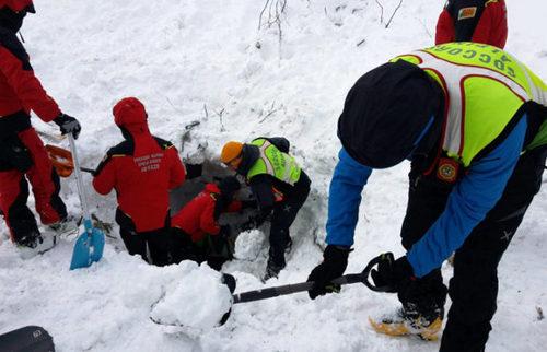 Итальянские спасатели нашли восьмерых выживших в накрытом лавиной отеле