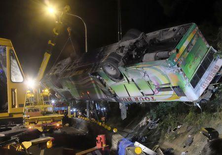 В Тайване разбился туристический автобус