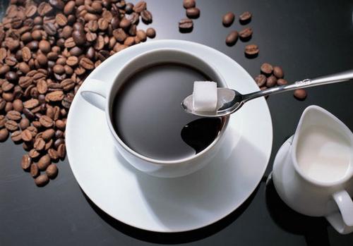 Почему кофе и чай лучше пить с сахаром?