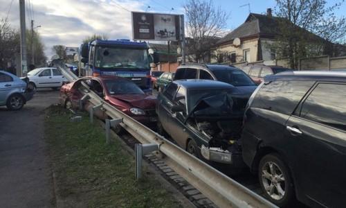 В Харькове столкнулись девять автомобилей