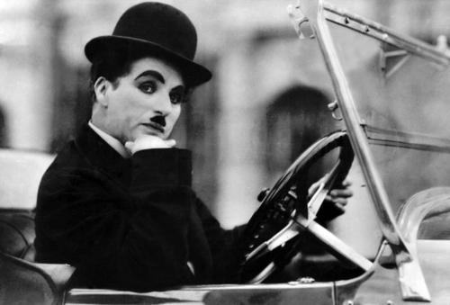 Комик с печальным лицом: чем запомнился миру Чарли Чаплин