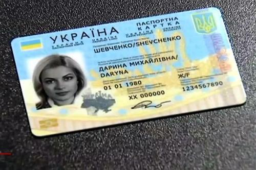 Українцям пояснили правила використання нових паспортів