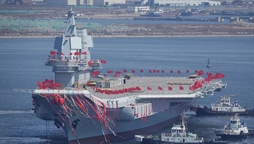 Китай спустил на воду свой собственный авианосец