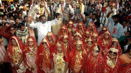 На свадьбе в Индии невестам вручили биты для защиты от пьяных мужей