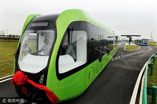 В Китае создали беспилотный трамвай, который ездит без рельсов