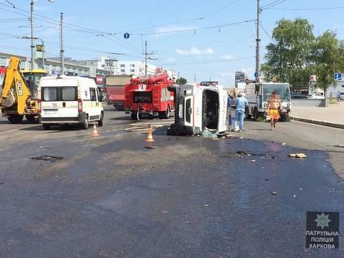 В Харькове Volvo не уступил дорогу скорой: пострадали шесть человек