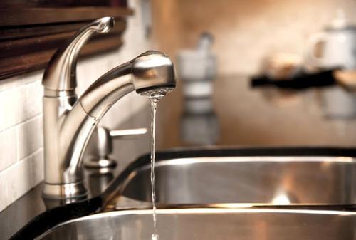 Поради юриста: на скільки українцям можуть відключити воду і що робити