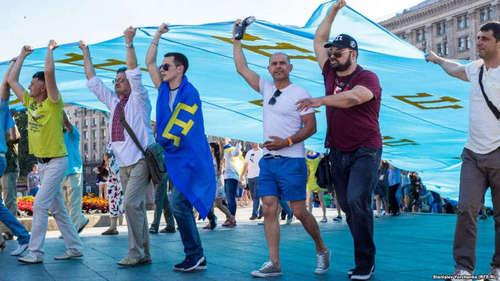 Символ нации: крымскотатарский флаг на фоне истории народа