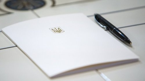 Порошенко наградил парамедика из ОБСЕ и украинского футболиста