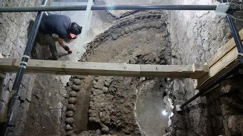 В Мехико под землей обнаружили древнюю башню из 650 человеческих  черепов